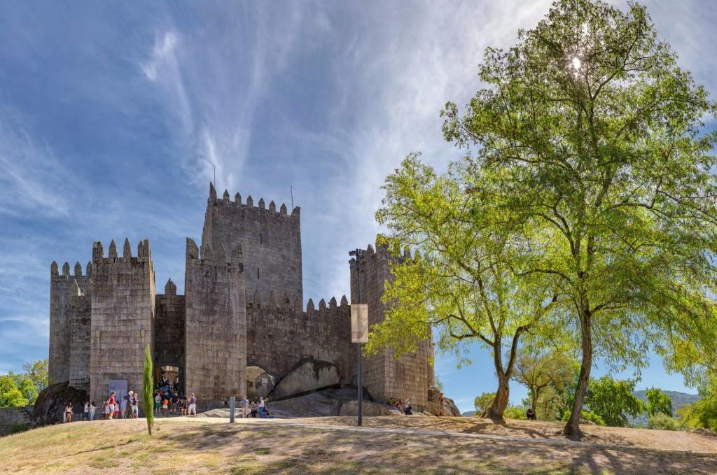 Las mejores vistas de la ciudad portuguesa esperan en lo alto (unos 30 metros) de la Torre del Homenaje del castillo de Guimarães. ALAMY